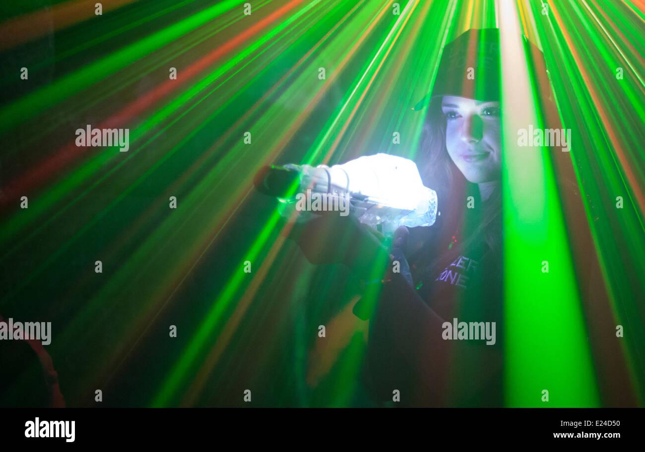 Una bella femmina modello riproduzione di un laser lazer gun gioco