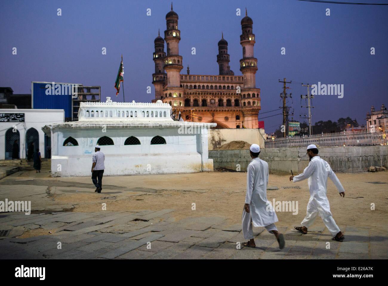 Charminar visto dalla Mecca (Makkah) Masjid moschea a Hyderabad, India. Immagini Stock