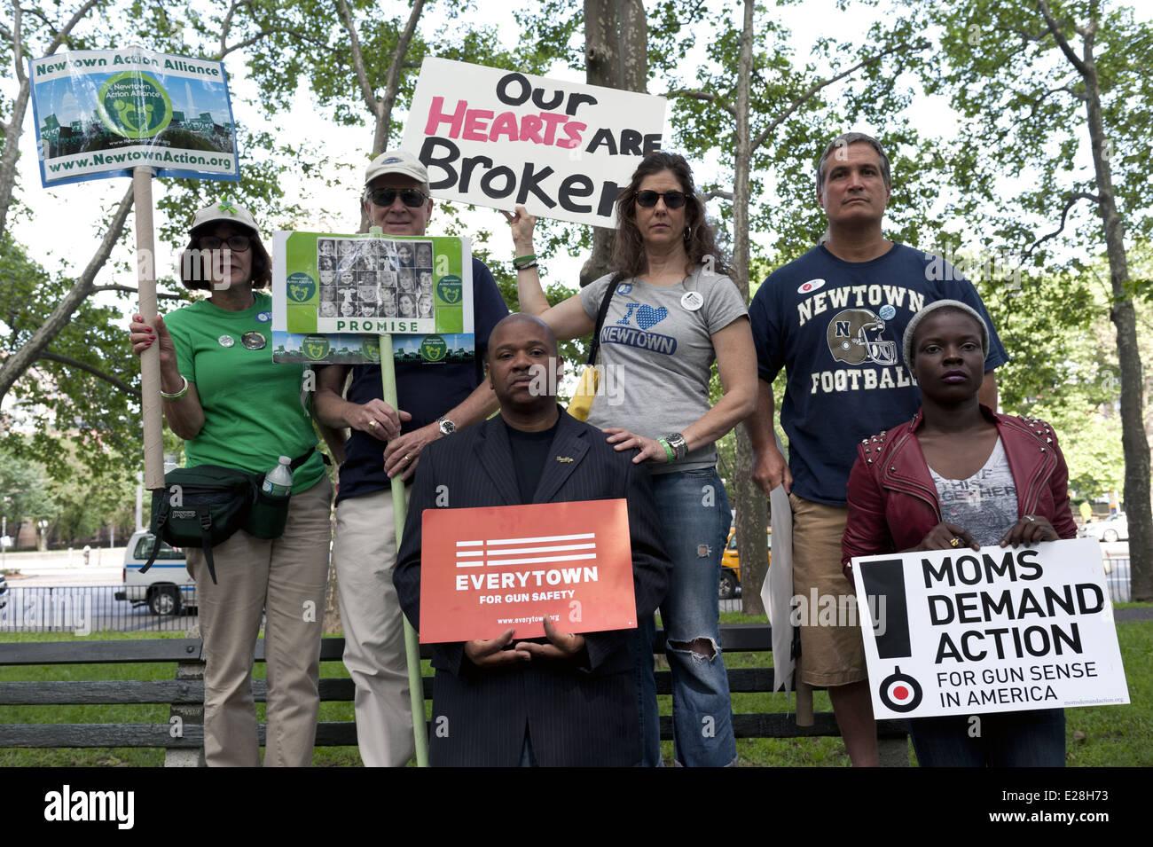 Newtown residenti presso la seconda annuale di Ponte di Brooklyn marzo Rally e alla fine della violenza pistola, Immagini Stock