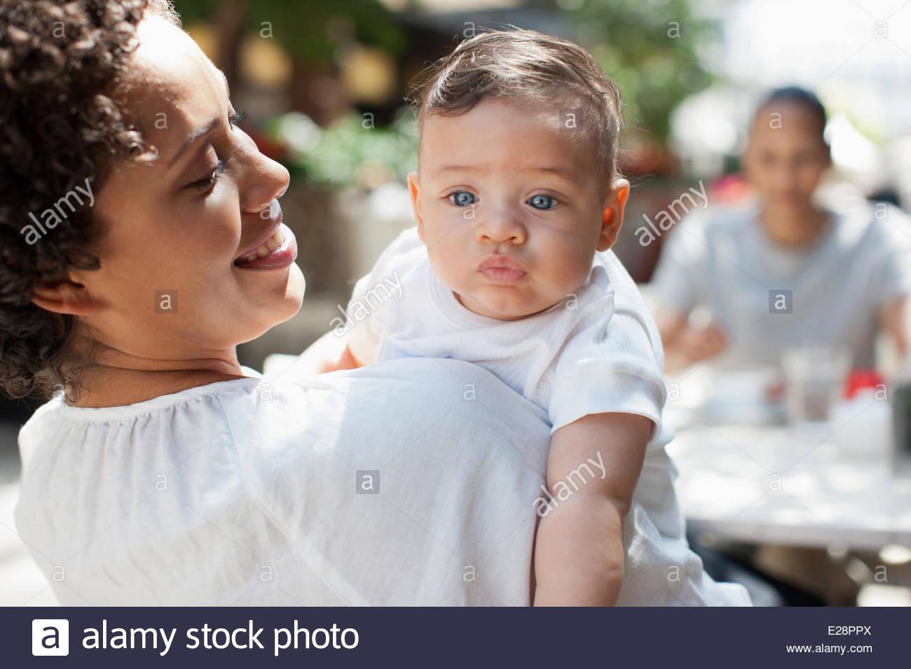 Madre e Figlio e amico al cafe esterno Immagini Stock