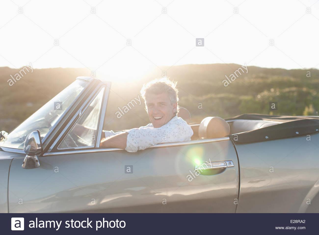 Uomo convertibile di guida Immagini Stock