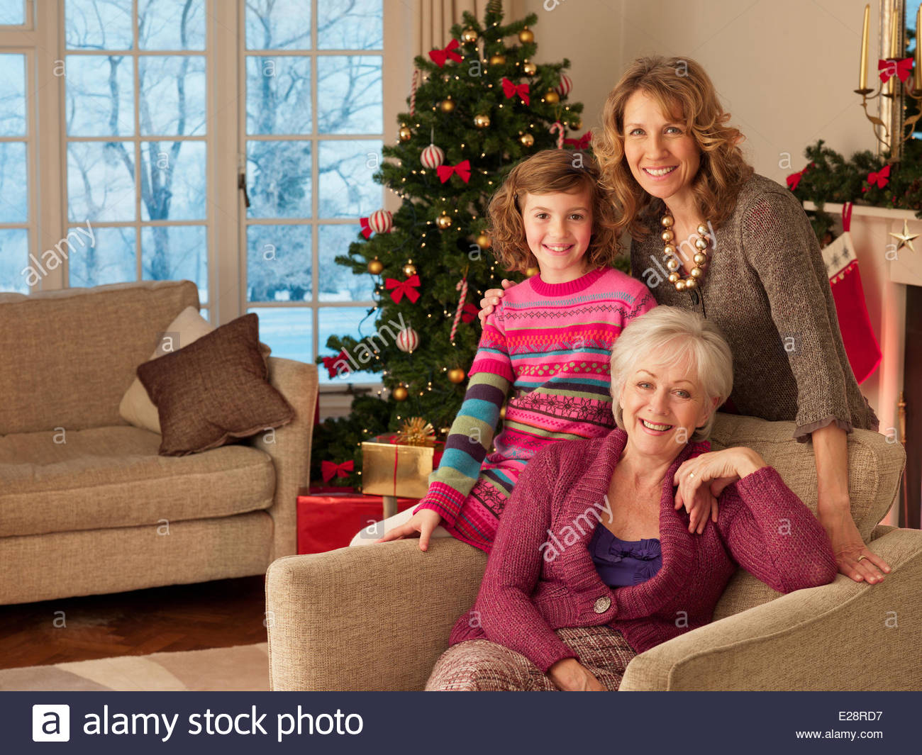 Multi-generazione famiglia vicino a albero di Natale Immagini Stock