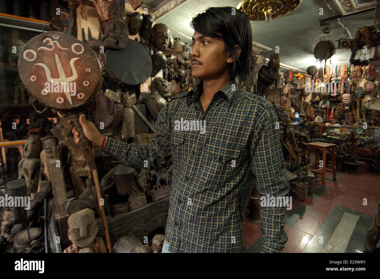 Il Nepal, zona di Bagmati, Kathmandu, negozio specializzato in oggetti di antiquariato e Chamanism artefatti Immagini Stock