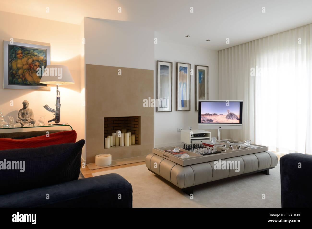 Moderno soggiorno con camino Foto & Immagine Stock: 70304218 - Alamy