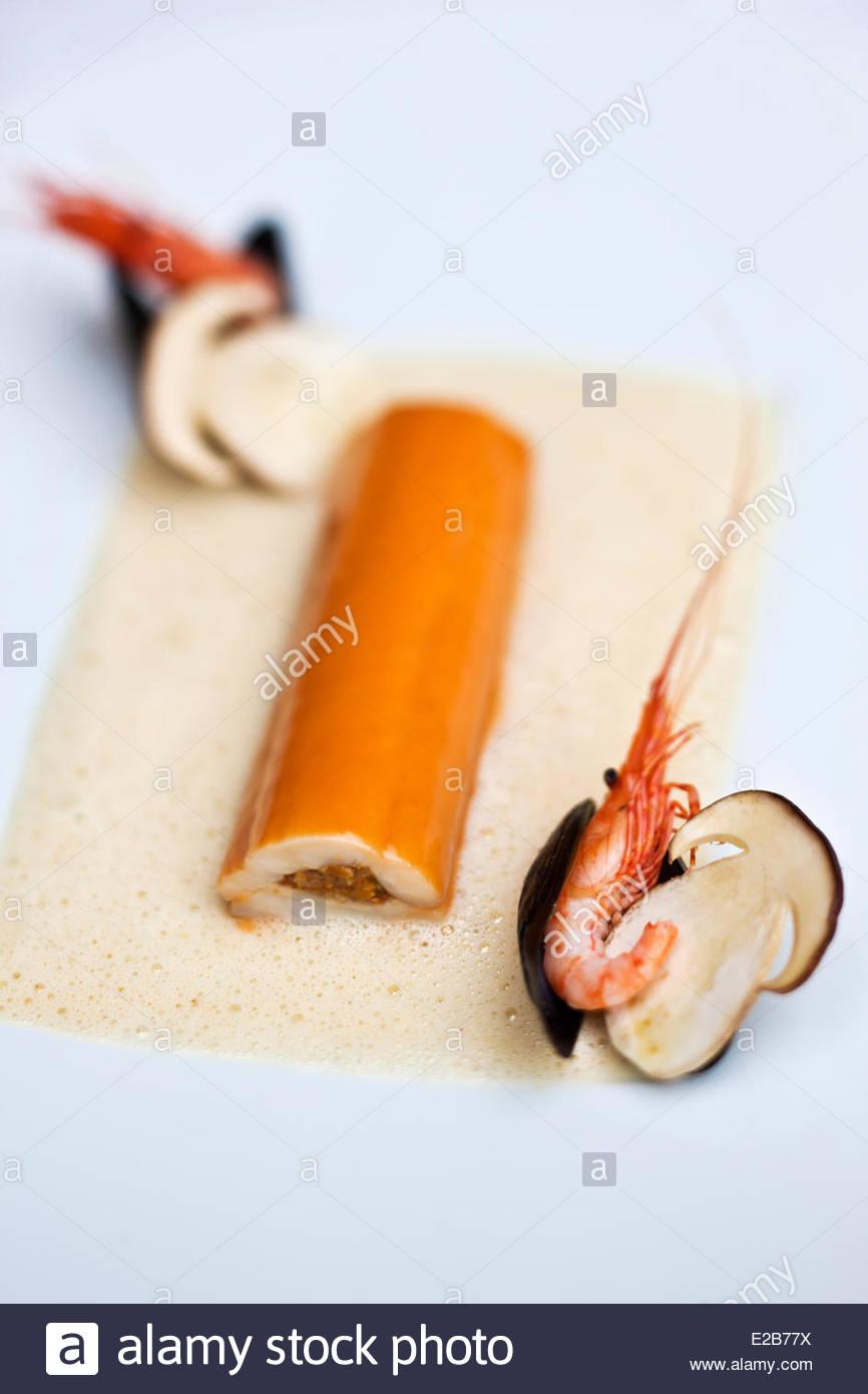 Francia, Morbihan, Vannes, filetto di sogliola farciti con funghi selvatici duxelles, laccato succo di gamberi di Immagini Stock