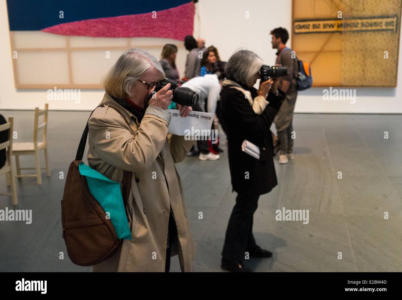 Due donne scattare fotografie con una mostra al Museo di Arte Moderna di New York. Immagini Stock