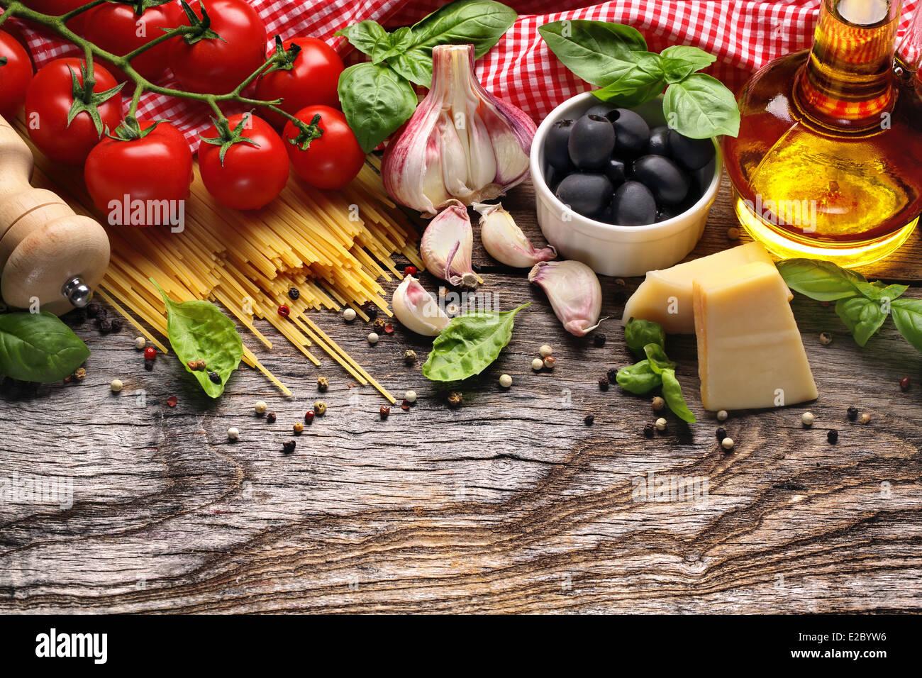 Il cibo italiano ingredienti su sfondo di legno Immagini Stock