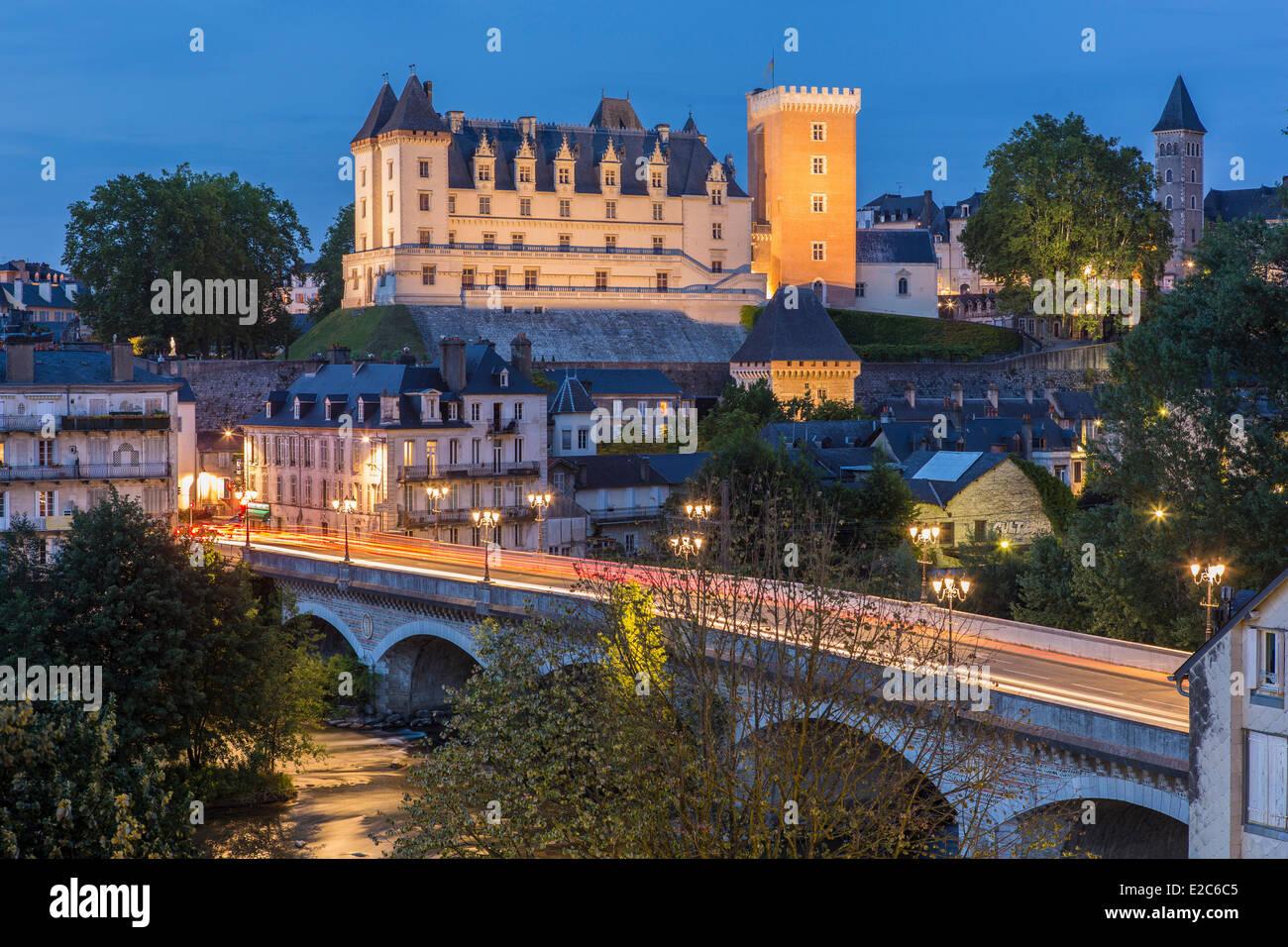 Francia, Pirenei Atlantiques, Bearn, Pau, Gave de Pau e il castello del XIV secolo il re Enrico IV il luogo di nascita Immagini Stock