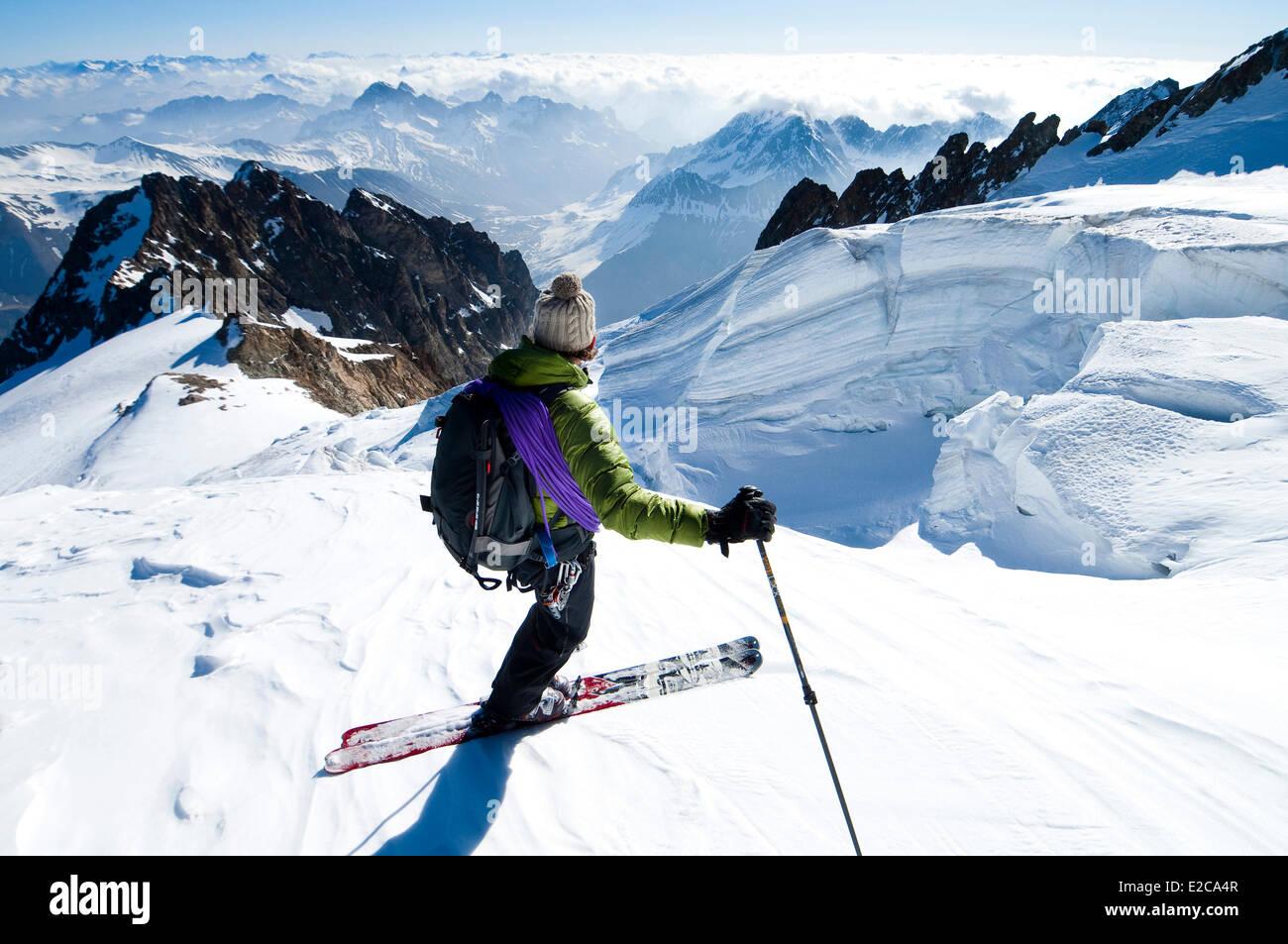Francia, Hautes Alpes, Tour de la Meije, guida Pascal Guiboud nel touring Sciare sul ghiacciaio Tabuchet sopra il Immagini Stock
