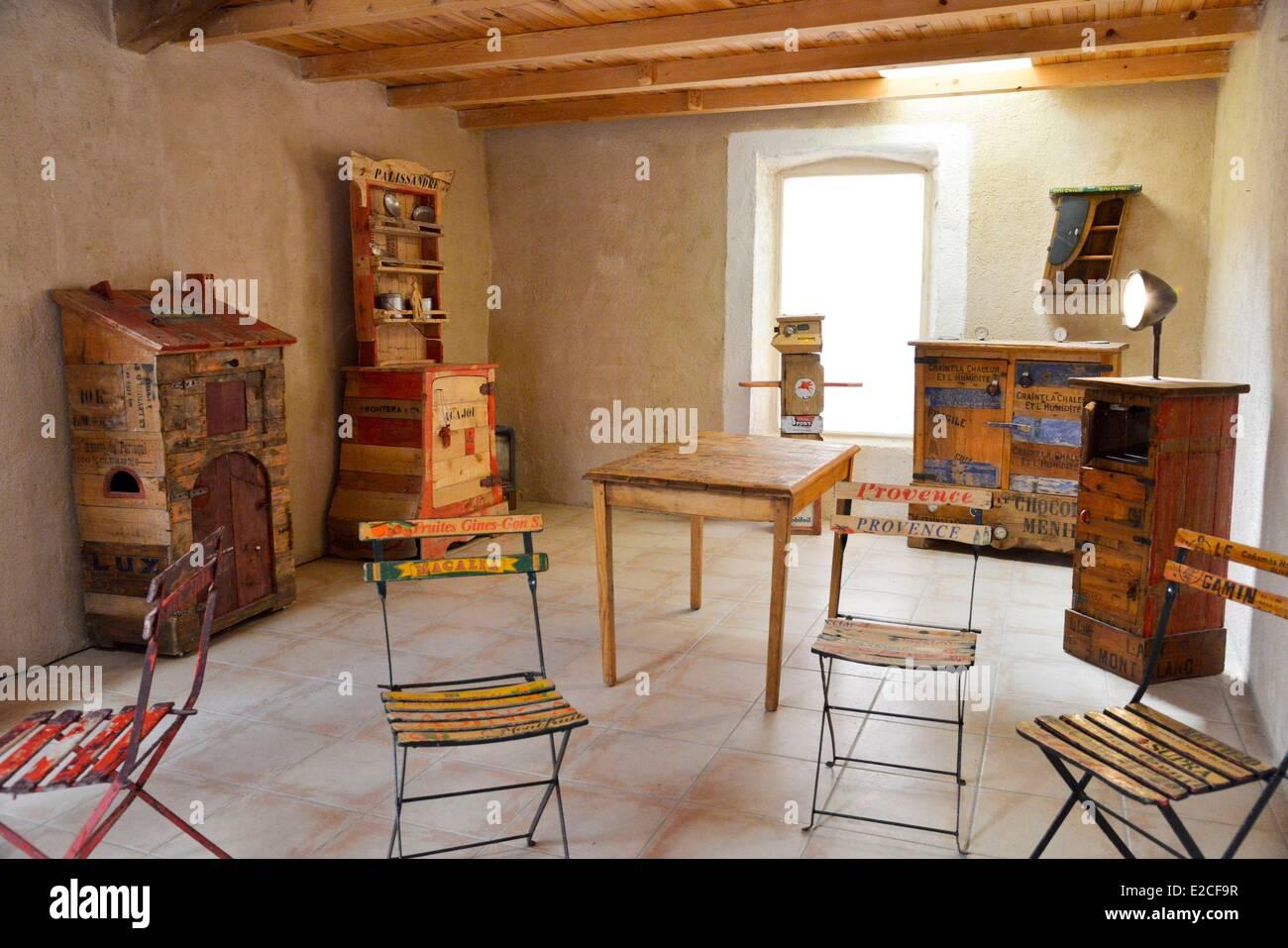 Francia, Herault, Bassan, Museo di arredamento modeste, mobili realizzati da deviato oggetti e da materiali recuperati Immagini Stock