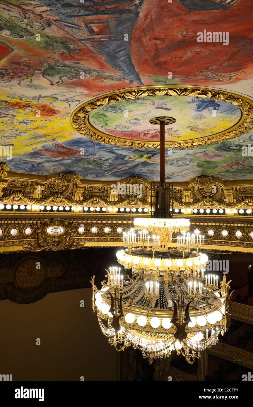 Francia, Parigi, Opera Garnier, la cupola a soffitto decorato da Marc Chagall in auditorium e la 7 a 8 ton di bronzo Immagini Stock