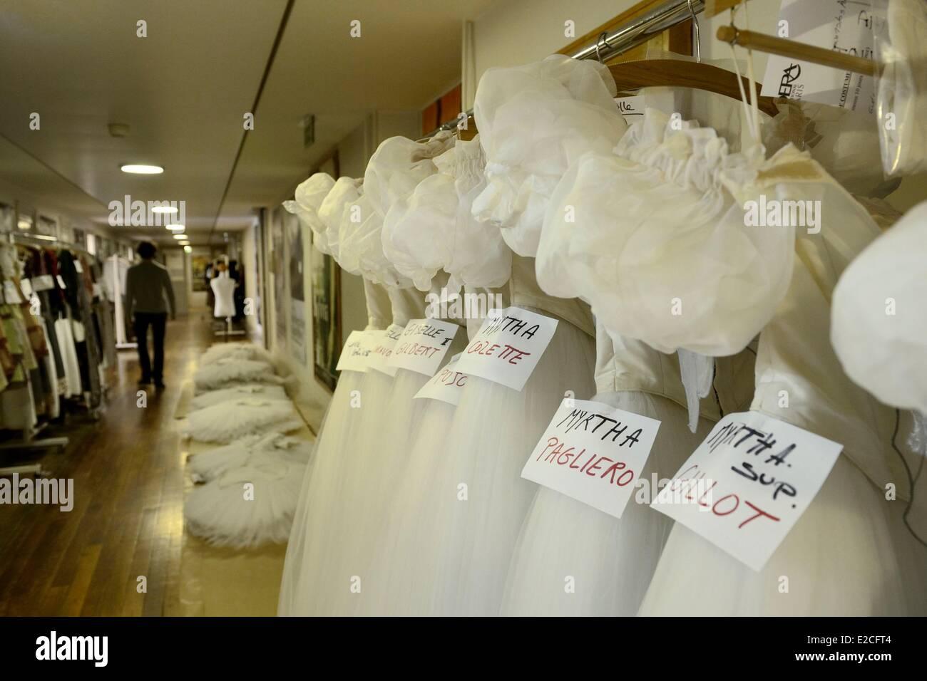 Francia, Parigi, Opera Garnier, il costume workshop, costumi in attesa in un corridoio Immagini Stock