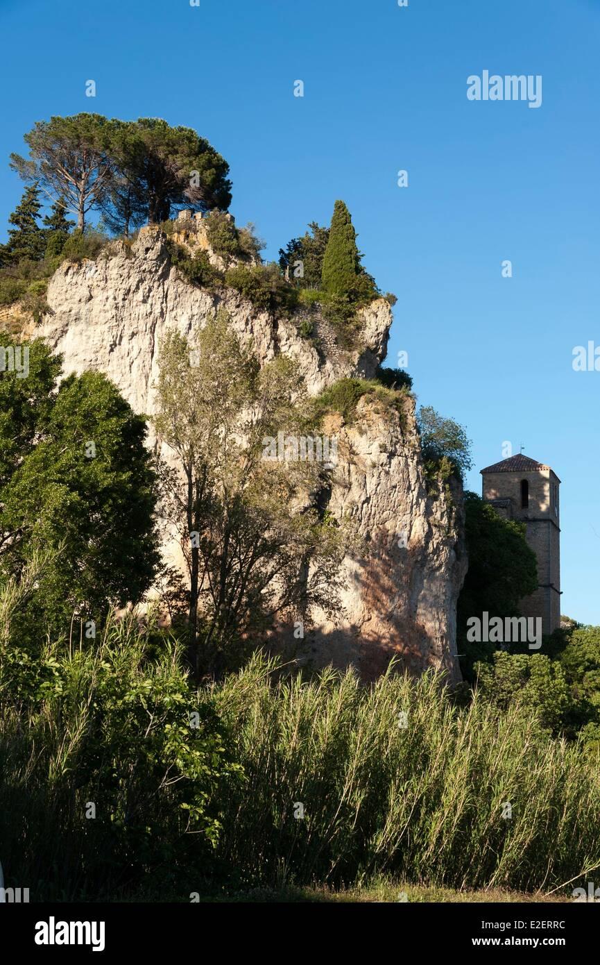 Francia, Herault, Moureze, rock nelle pareti verticali che domina la chiesa di Saint Marie del XII secolo Immagini Stock
