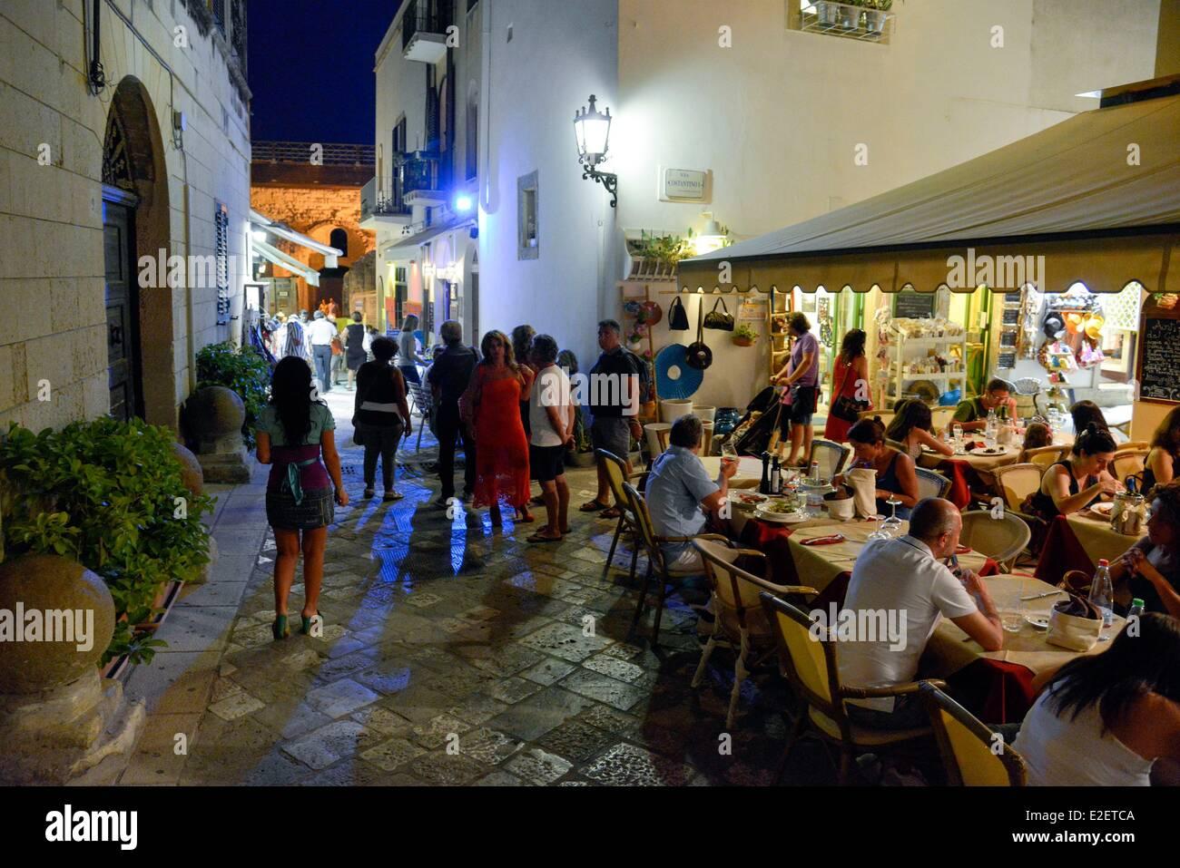 Italia Puglia Provincia di Lecce, Otranto, terrazza del ristorante e ...