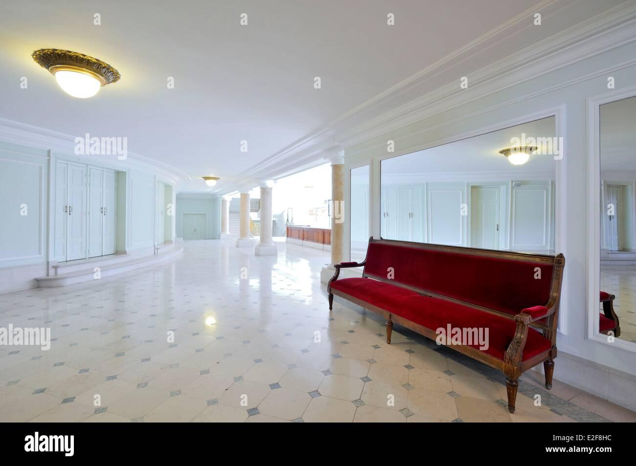 Lungo Il Corridoio In Inglese : Francia nord lille lille opera lungo divano rosso appoggiata