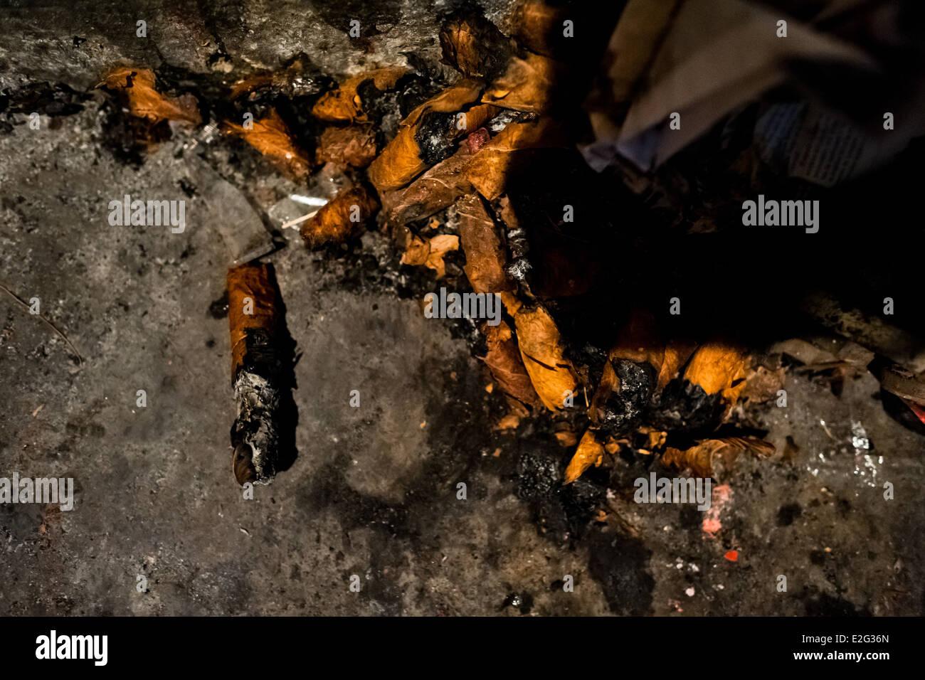 I mozziconi di sigari, usato per predire il futuro, sono visti in una strada fortune raccontando shop in San Salvador Immagini Stock