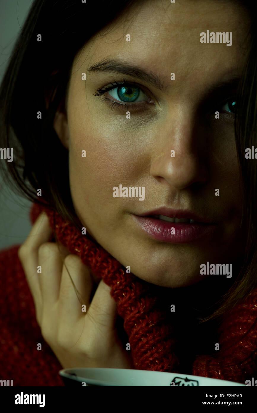 Donna con turtleneck maglione Foto Stock