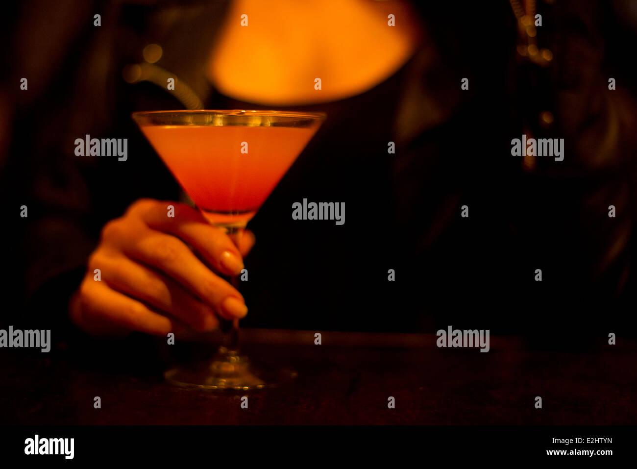 Donna che mantiene un cocktail, ritagliato Immagini Stock