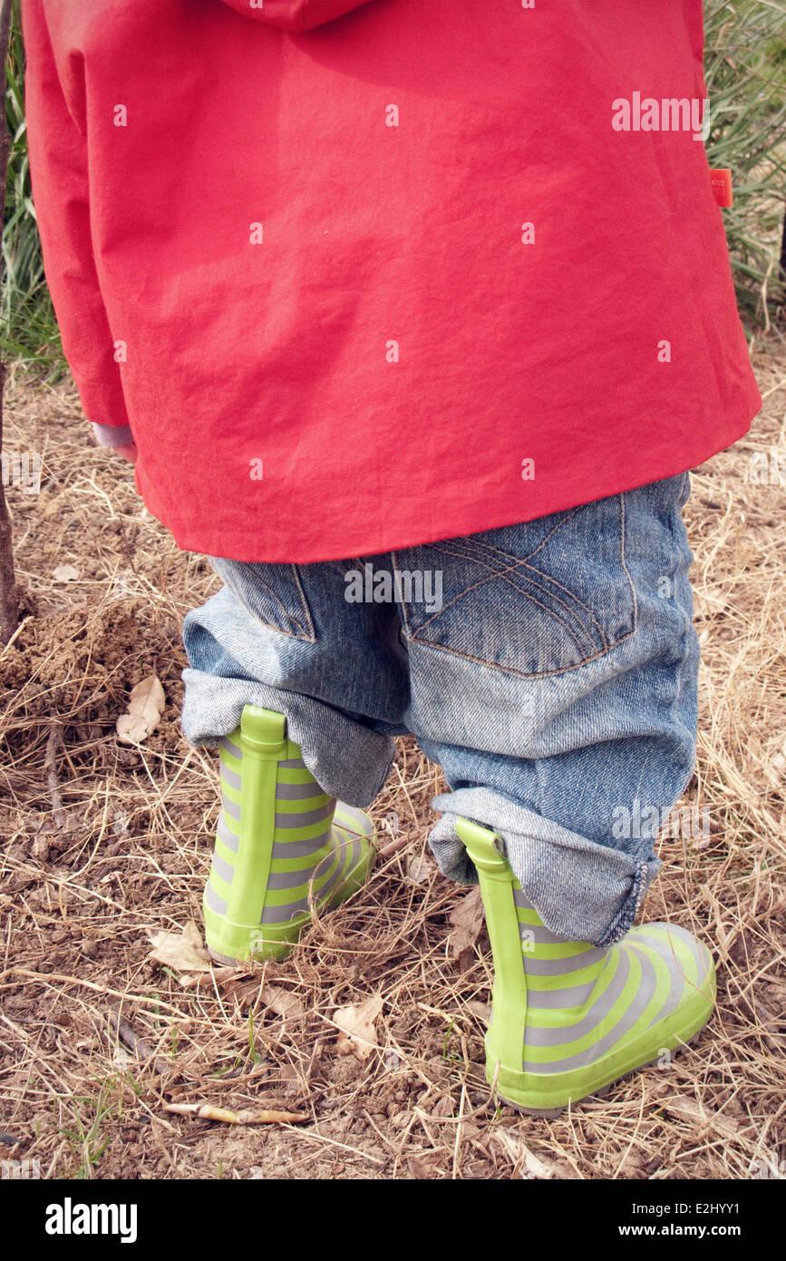 Primo Piano Delle Gambe Dei Bambini In Stivali Di Gomma Che