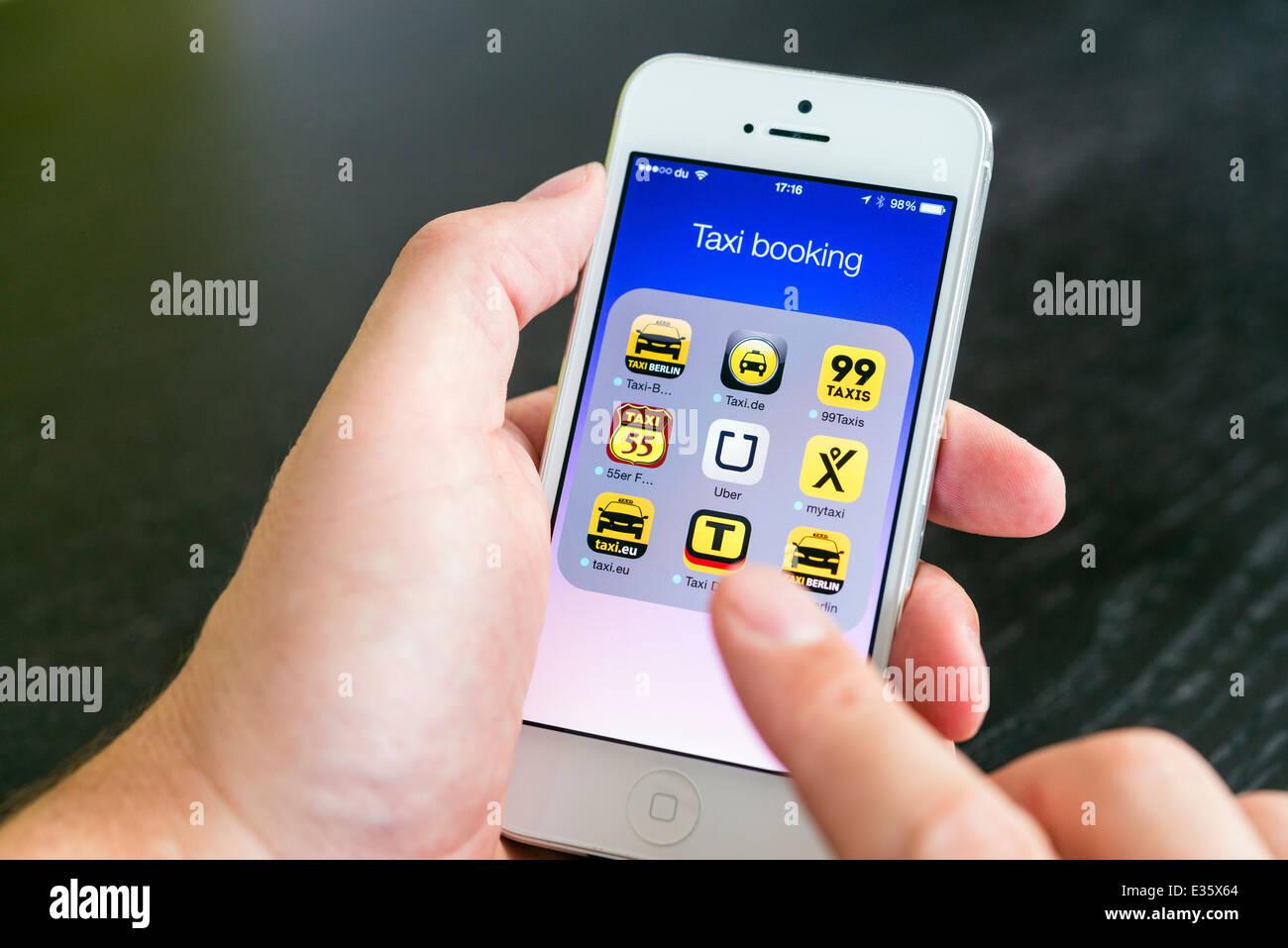 Dettaglio della schermata di iPhone con molte applicazioni mobile per la prenotazione di taxi Immagini Stock