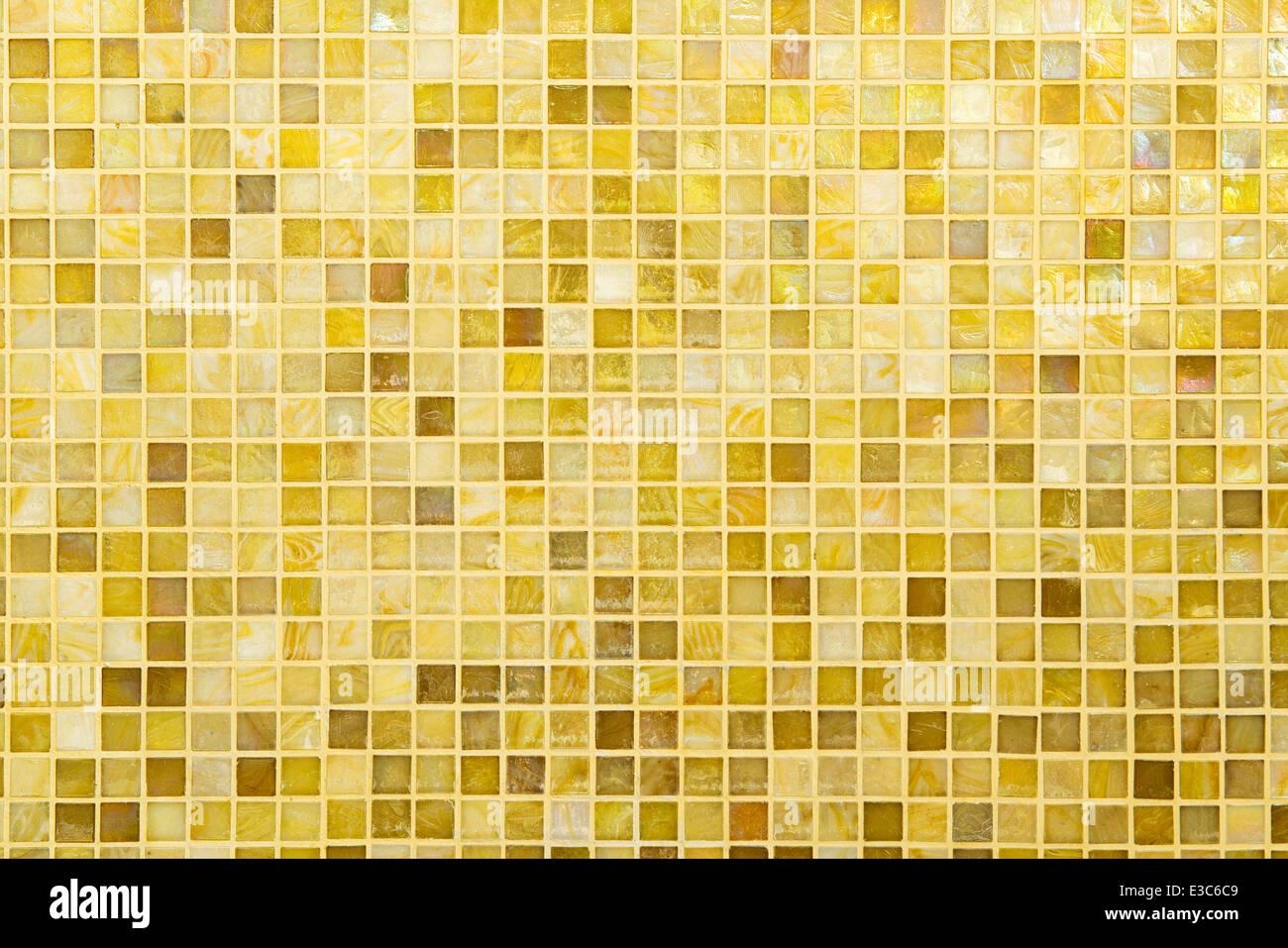 Texture: bel giallo moderno mosaico piastrella sul muro foto