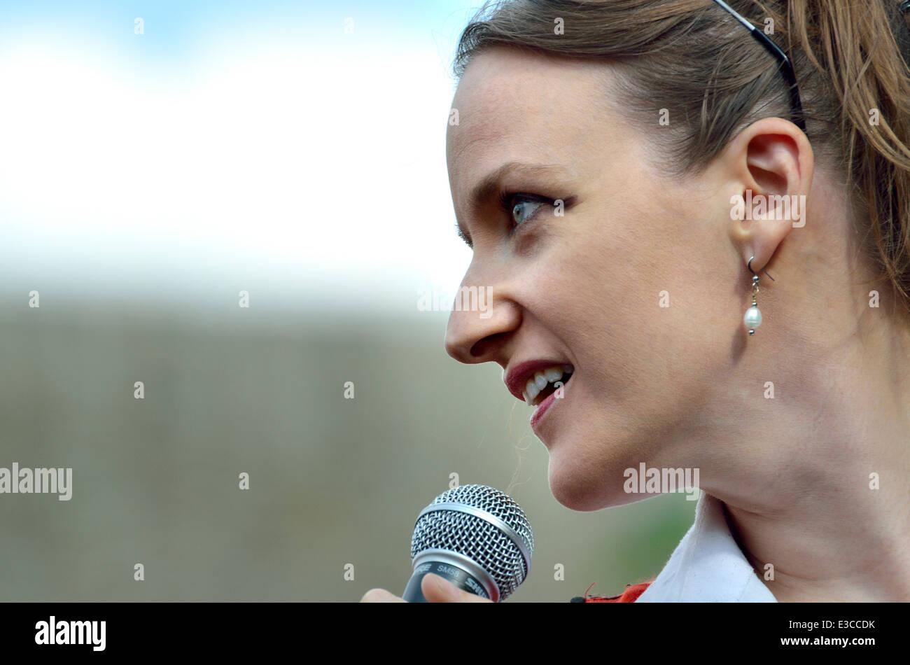 Kate Smurthwaite parlando in piazza del Parlamento, Londra, 21 giugno 2014 Immagini Stock