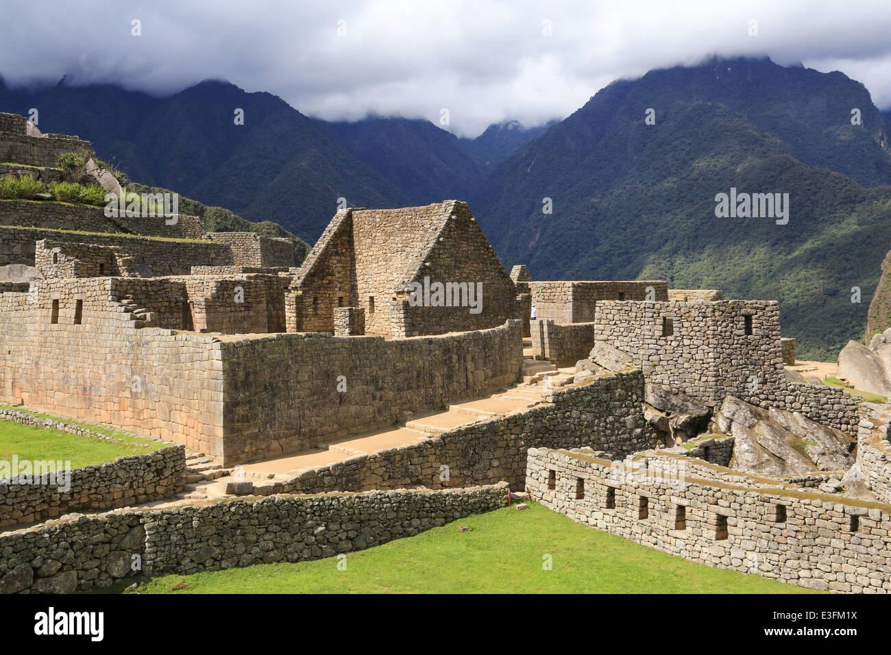 Blocco di roccia pareti, rampe, terrazze verdi e il nord-est degli ...
