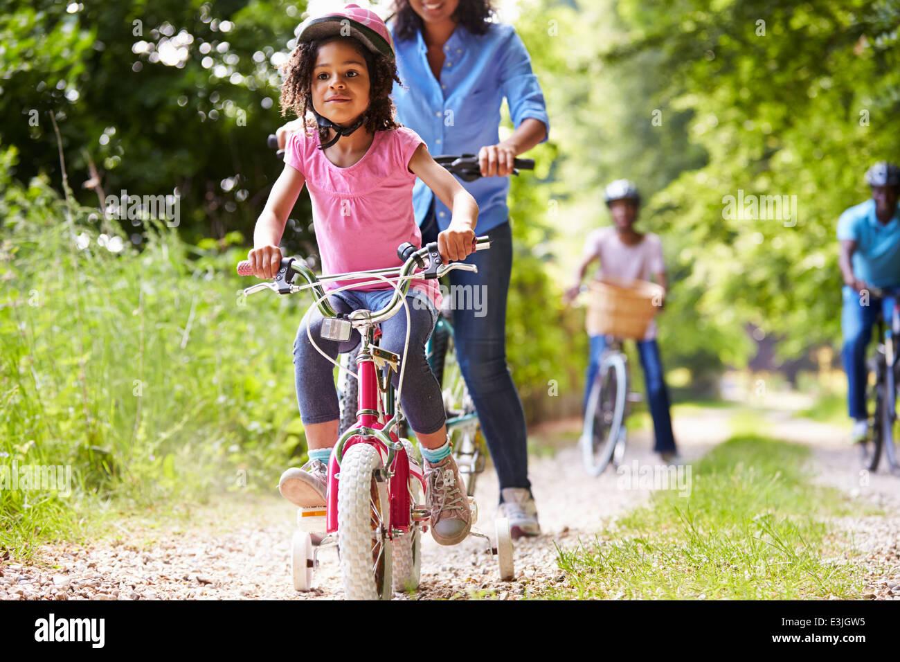 Multi generazione famiglia americana africana sul tragitto in bicicletta Immagini Stock