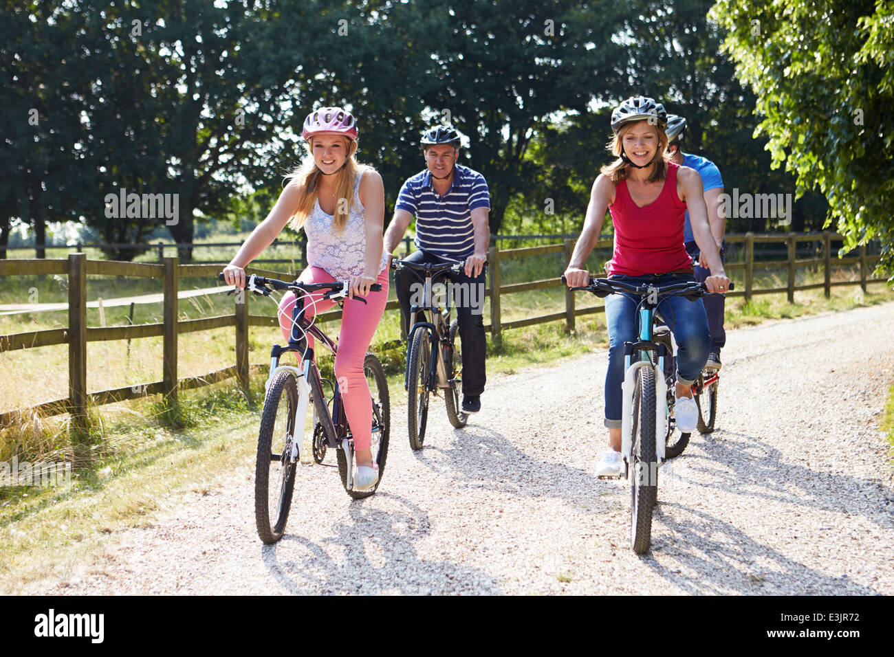 Famiglia con figli adolescenti sul tragitto in bicicletta in campagna Immagini Stock