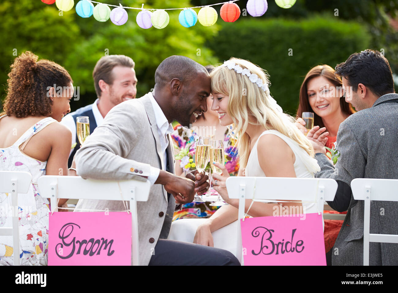 Sposa e lo Sposo godendo di pasto presso il ricevimento di nozze Immagini Stock