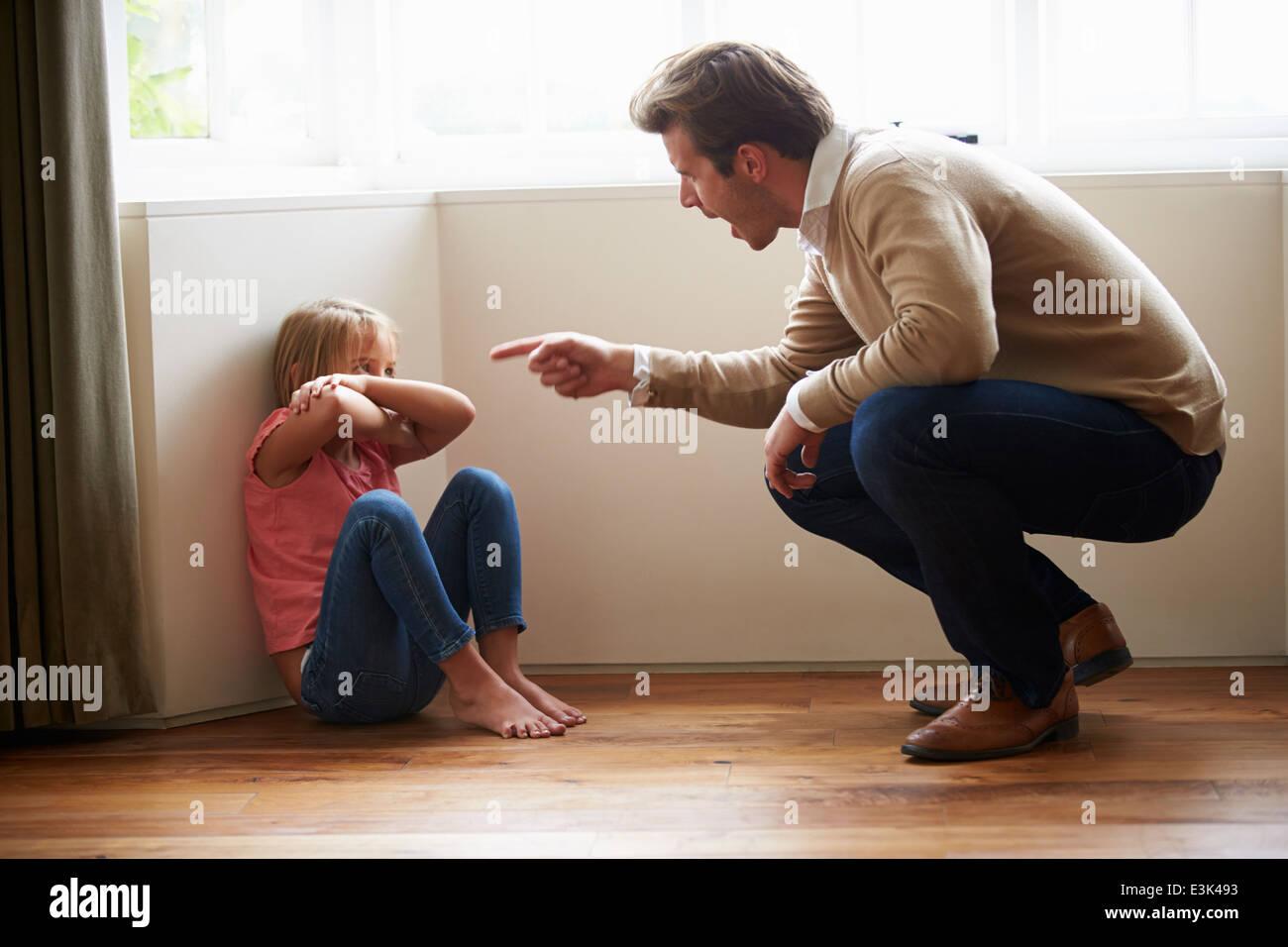 Padre urlando al giovane figlia Immagini Stock