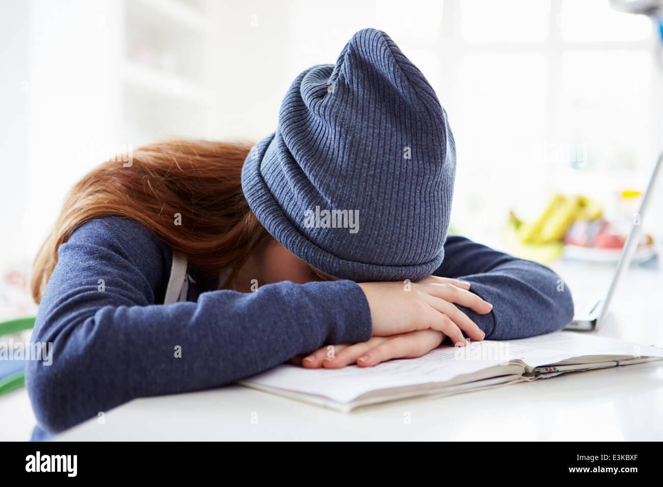 Premuto ragazza lo studio a casa Immagini Stock