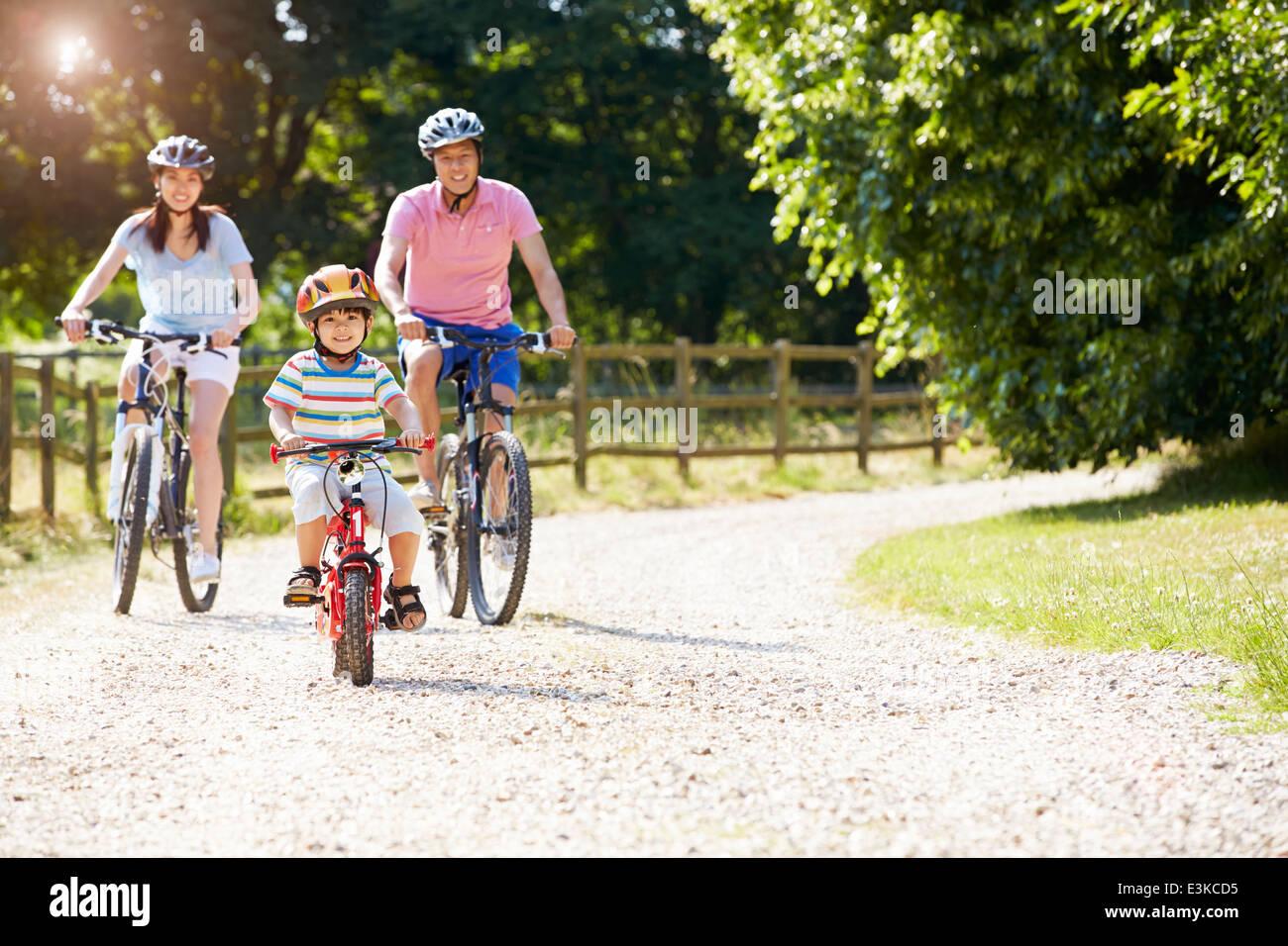 Famiglia asiatica sul tragitto in bicicletta in campagna Immagini Stock