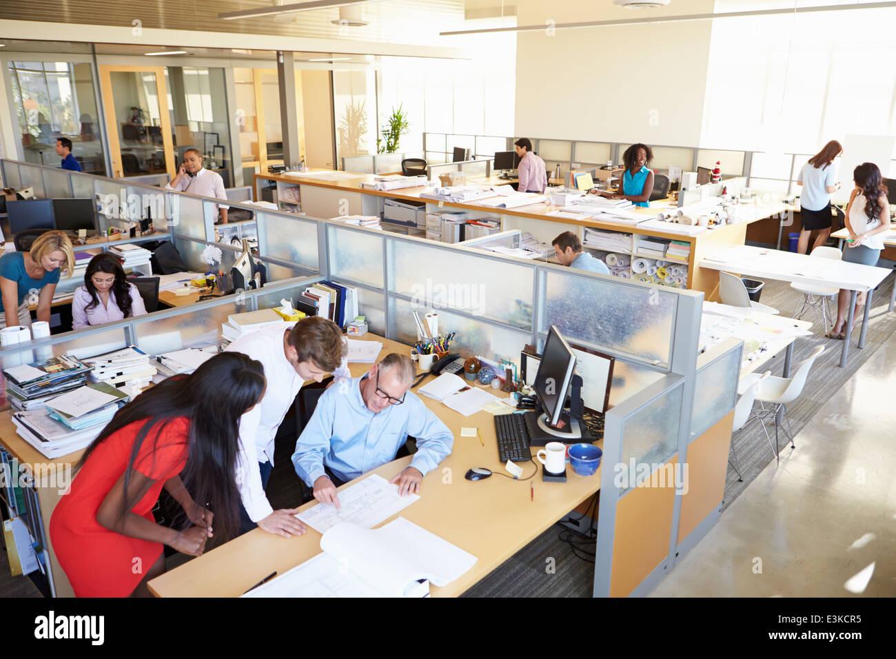 Interno occupato di Modern Open Plan Office Foto Stock