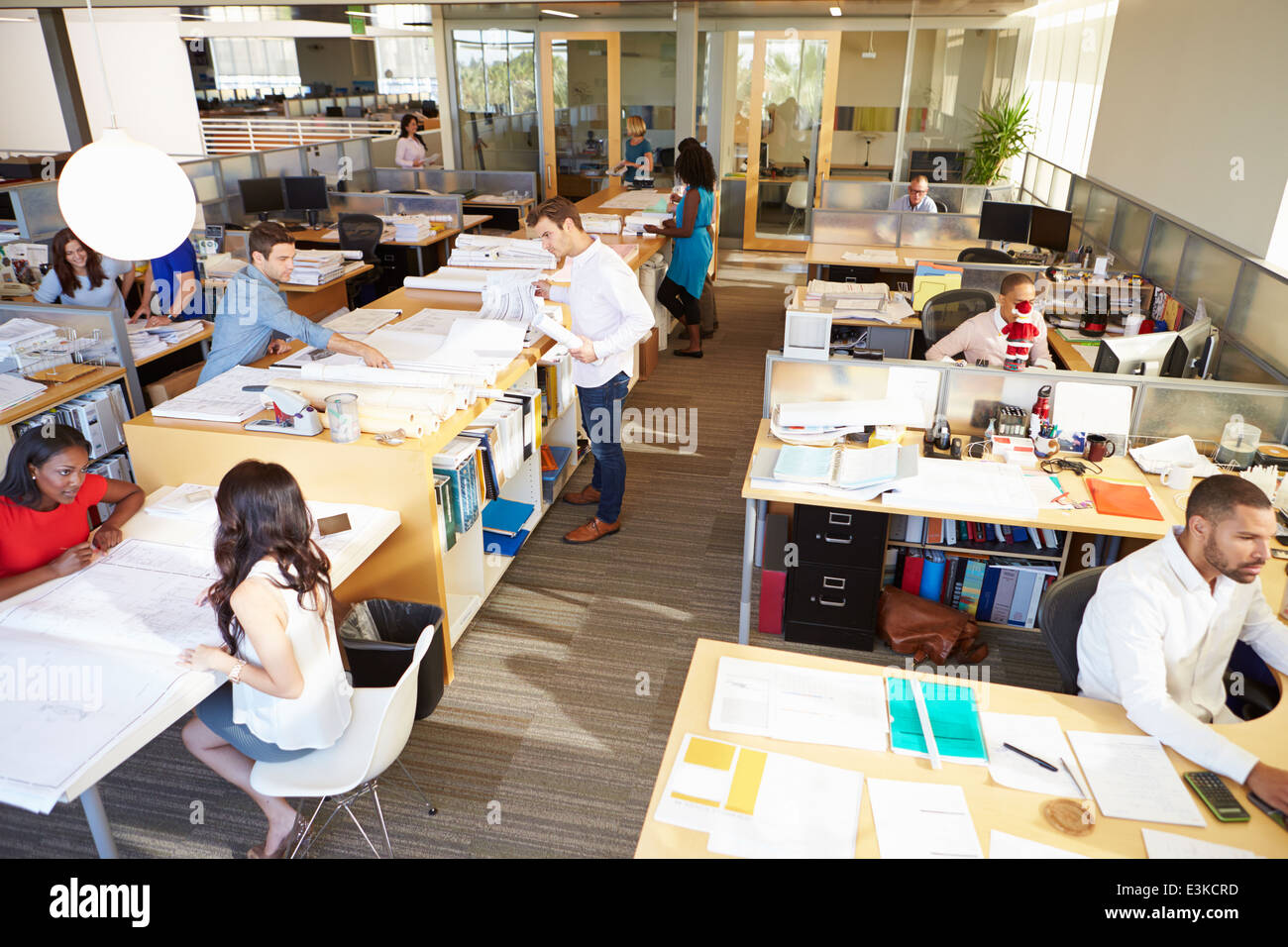 Interno occupato di Modern Open Plan Office Foto Stock