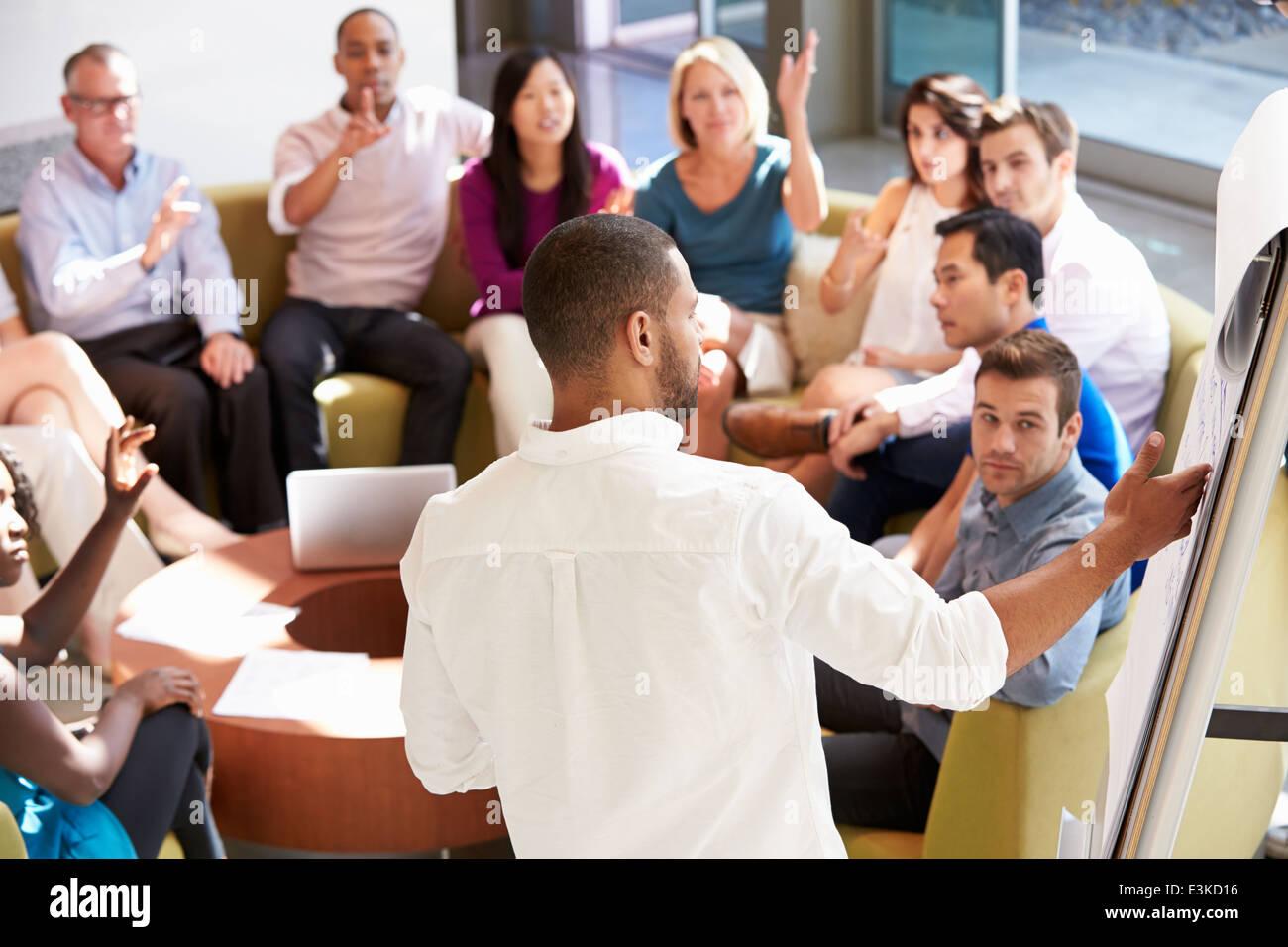 Imprenditore rendendo la presentazione ai colleghi di ufficio Immagini Stock