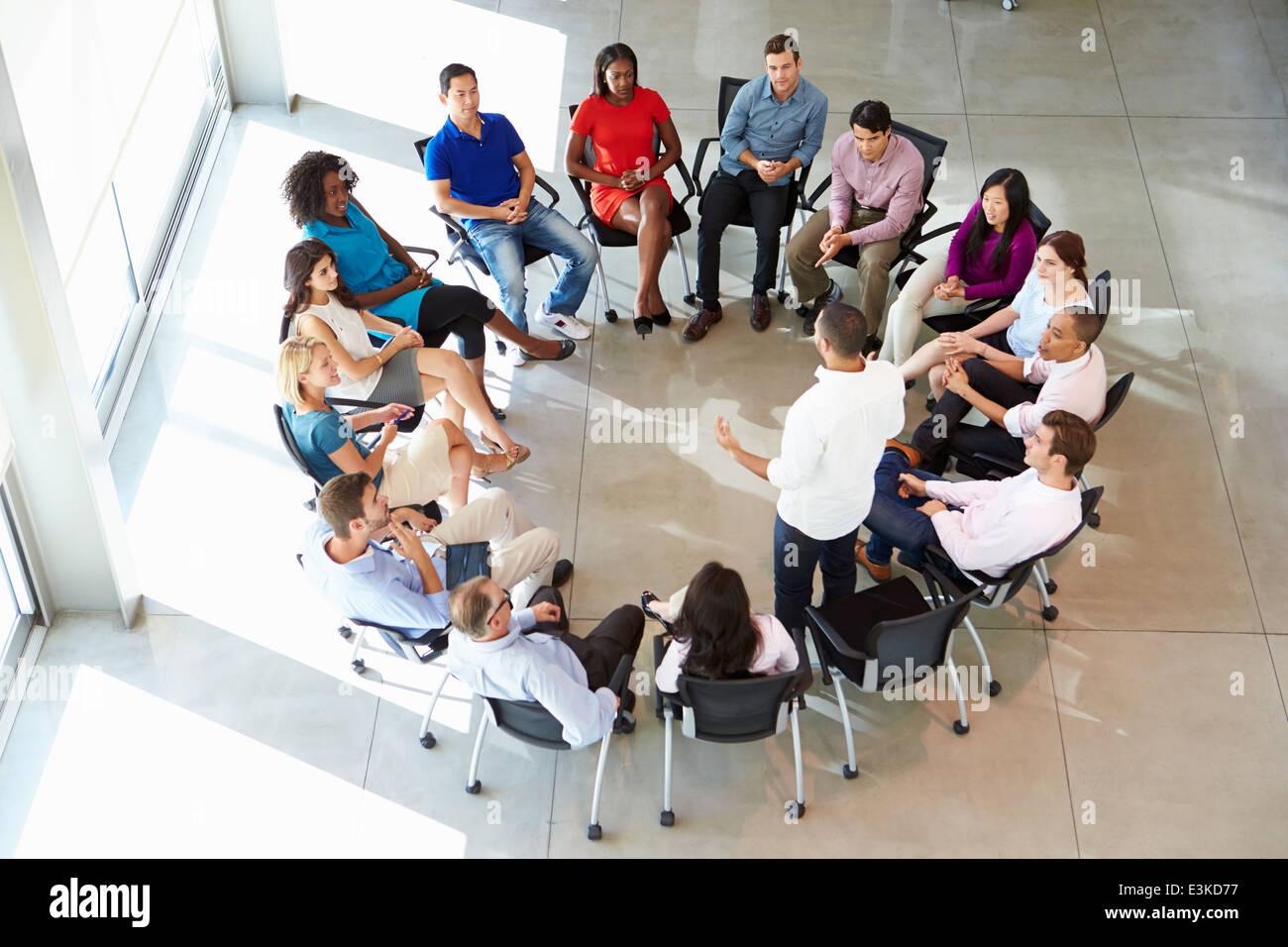 Imprenditore multiculturale di indirizzamento Ufficio Staff Meeting Immagini Stock