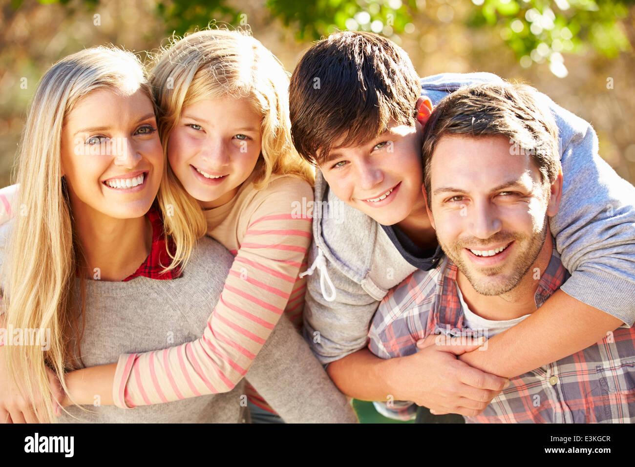 Ritratto di famiglia ispanica In campagna Immagini Stock