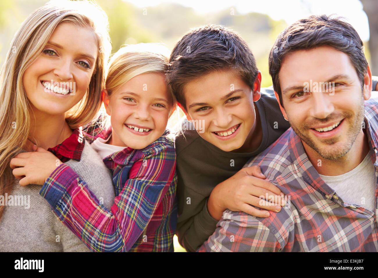 Ritratto di famiglia in campagna Immagini Stock