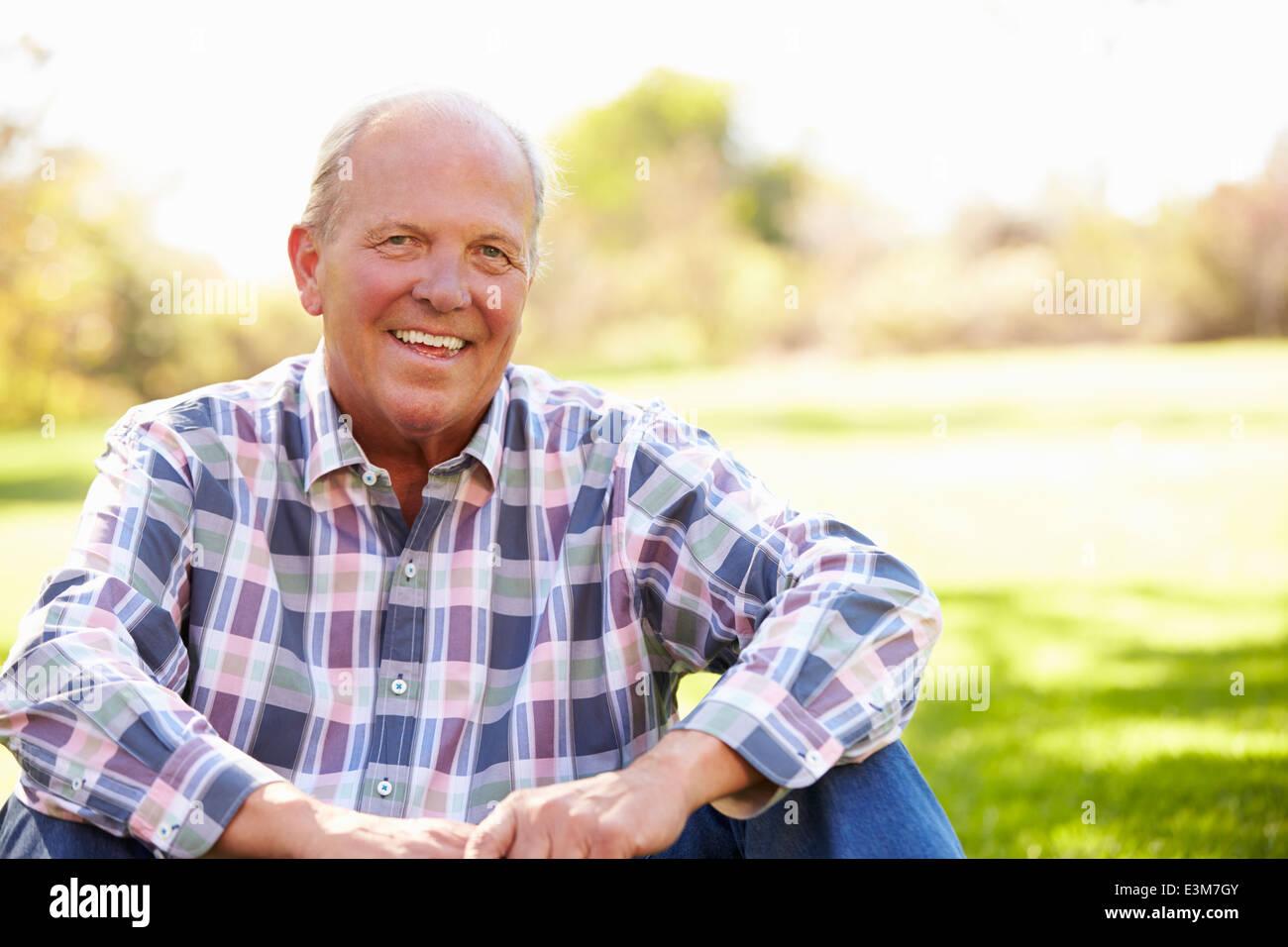 Uomo Senior relax nel paesaggio autunnale Foto Stock