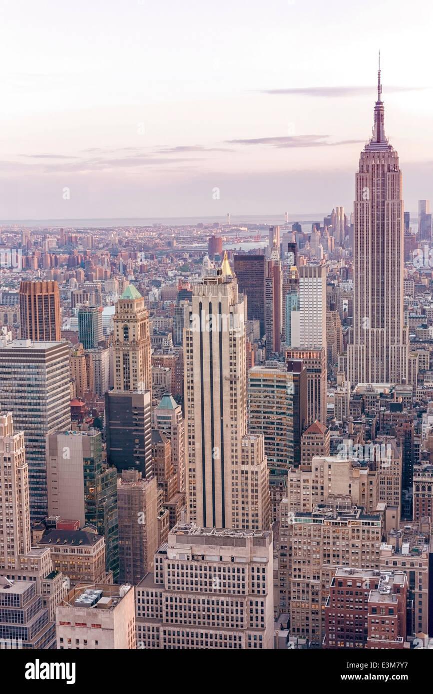 New York City di notte con Empire State Building Immagini Stock