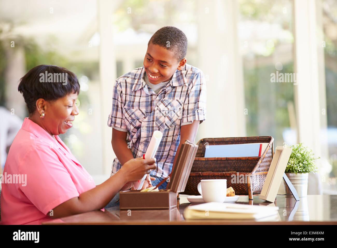 Nonna Mostra documento al nipote Immagini Stock