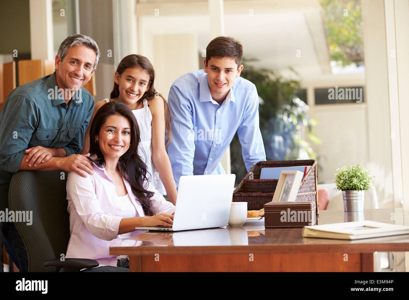 Ritratto di famiglia utilizzando Laptop insieme Immagini Stock