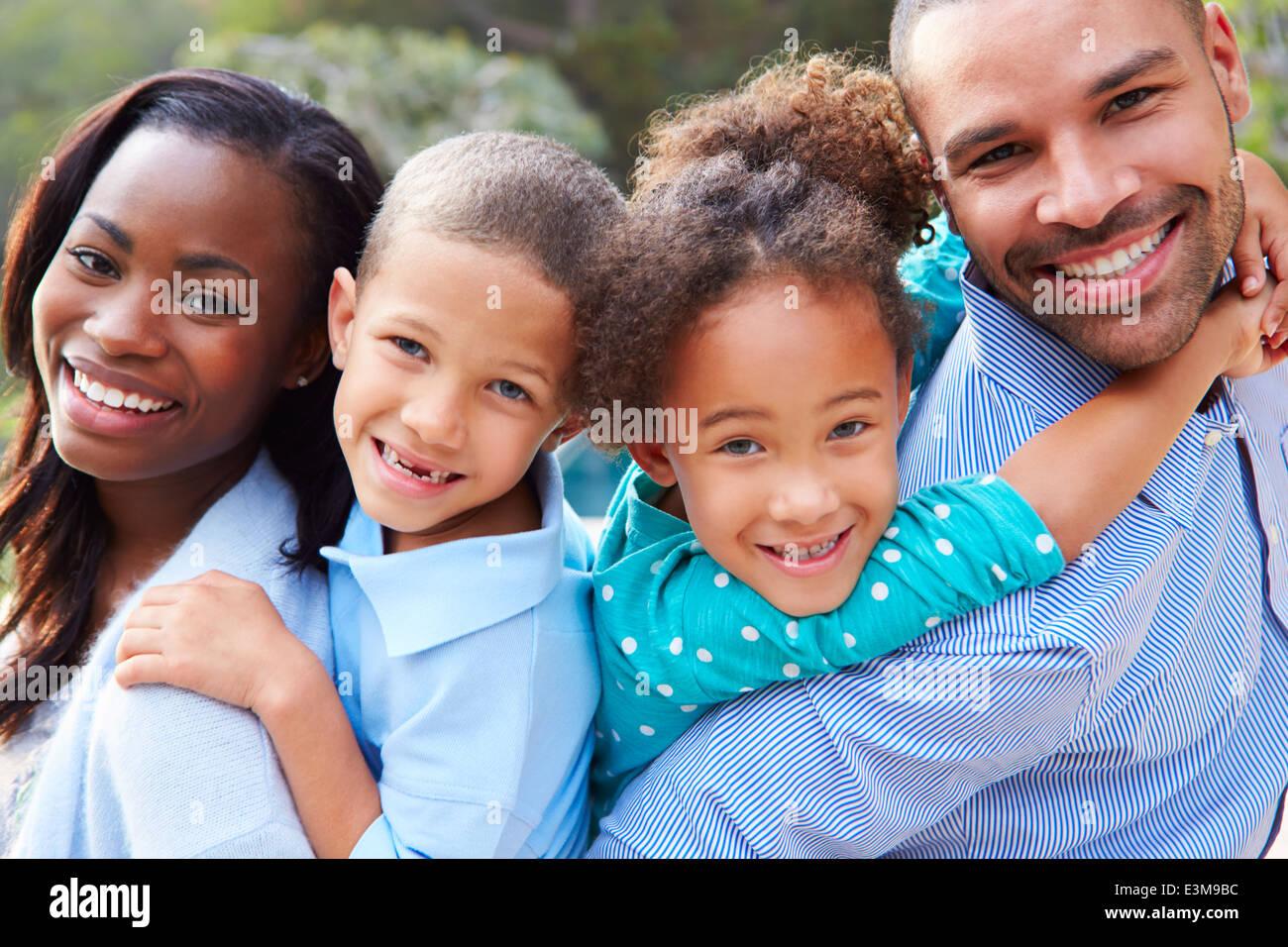 Ritratto di famiglia americana africana In campagna Immagini Stock