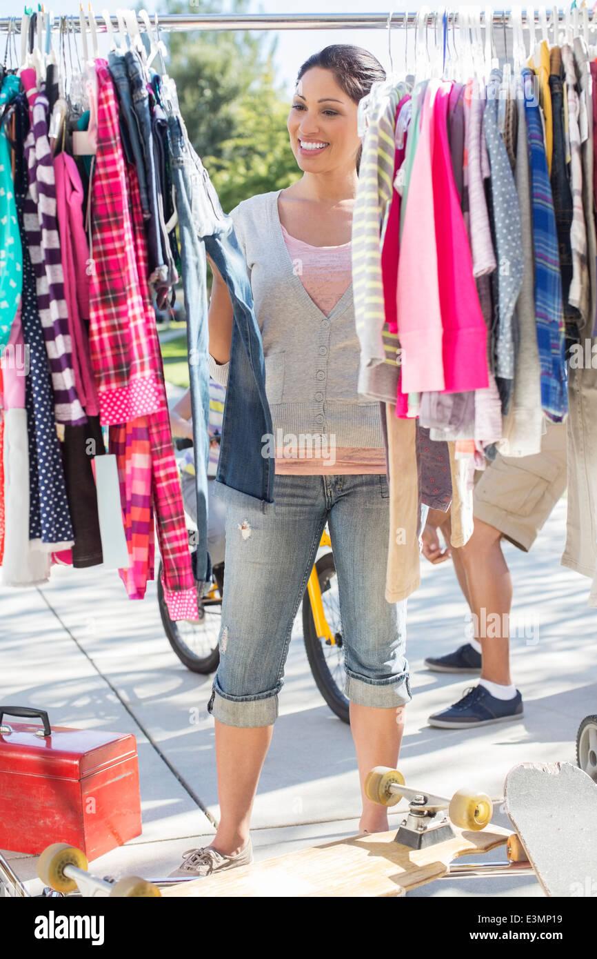Donna di shopping per i vestiti al garage Vendita Foto   Immagine ... 6e52cbb1125