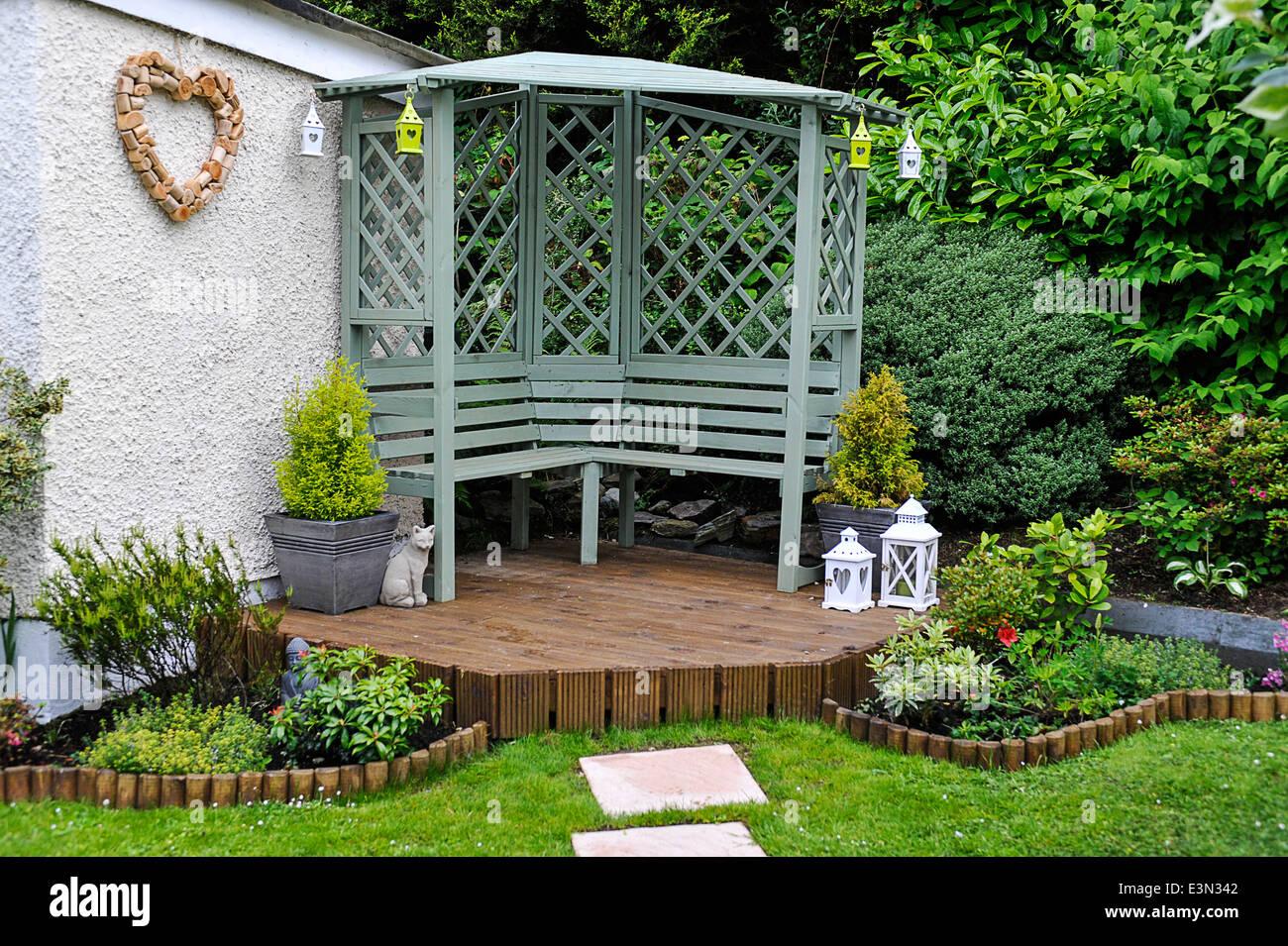 Indietro residenziale giardino con prato pietre miliari e for Arredi da giardino economici