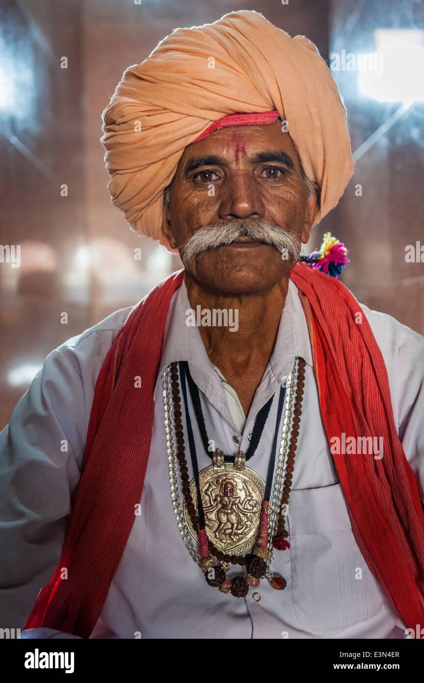 Ritratto di un sacerdote Rajput all'interno di un tempio, Pushkar, Rajasthan, India Immagini Stock