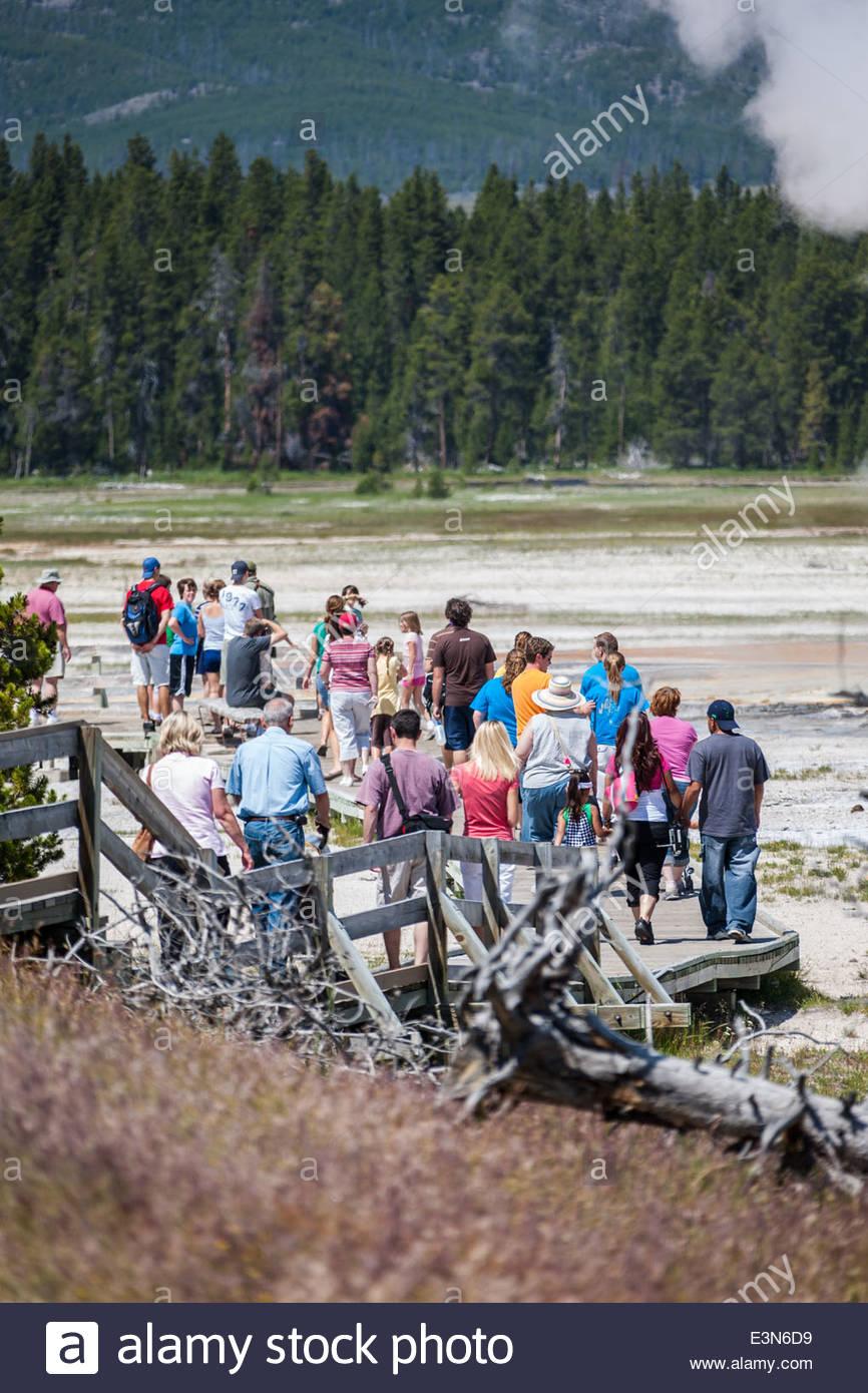I turisti a piedi sul lungomare vicino a primavera calda - USA Immagini Stock