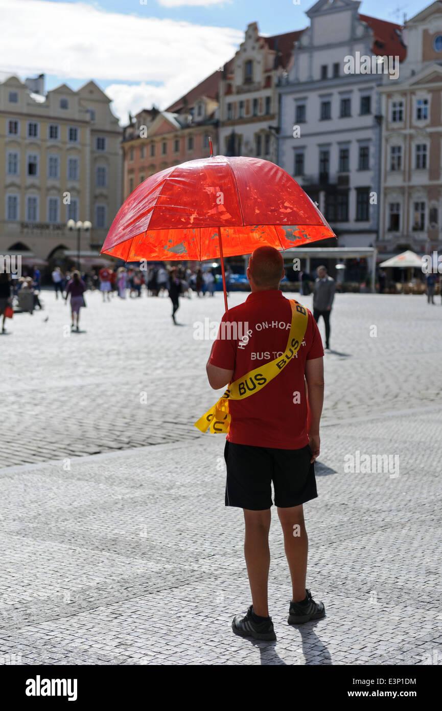 Una gita in autobus rappresentante in attesa per i turisti in Piazza della Città Vecchia di Praga, Repubblica Immagini Stock