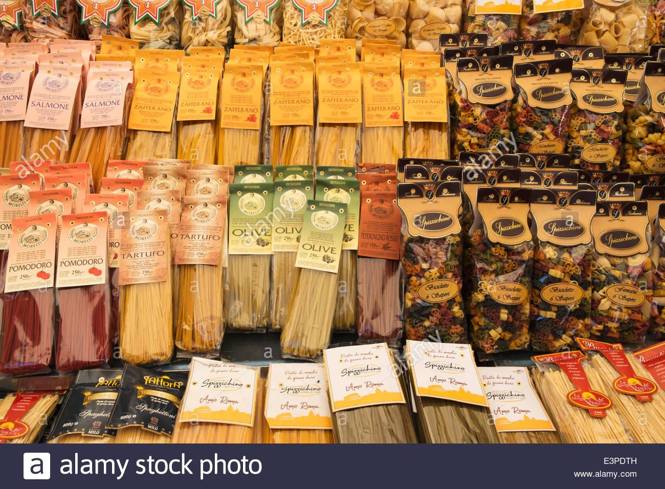 Pasta per vendita a Campo de' Fiori Mercato, Roma, Italia Immagini Stock